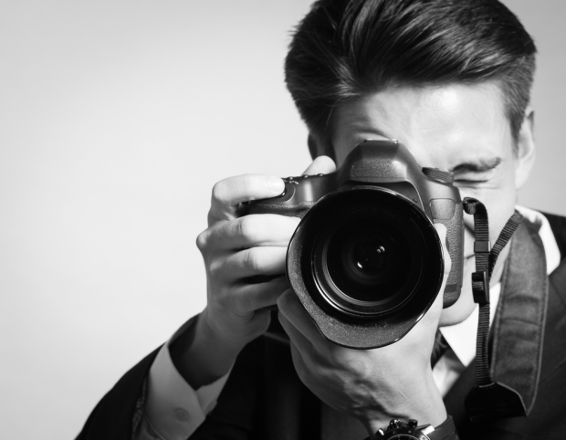 Male-Portrait-Photographer-Holding-a-Big-Camera